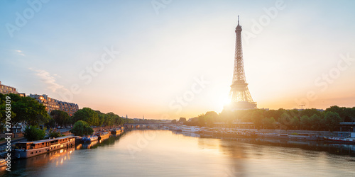 Cadres-photo bureau Tour Eiffel scenic view of the Eiffel Tower during sunrise