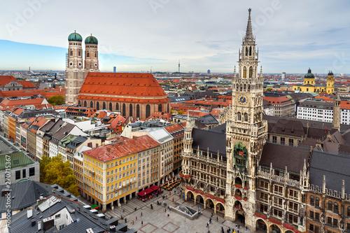 Naklejka premium Lotnicza panorama historycznego centrum Monachium z Nowym Ratuszem na Marienplatz i Frauenkirche. Niemcy