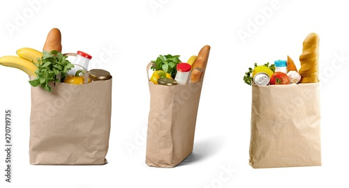 La pose en embrasure Fleur Shopping bags with groceries isolated on white background
