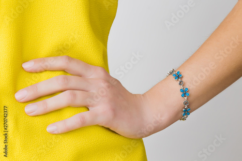 Fotografía Woman in yellow, bright clothes on gray background