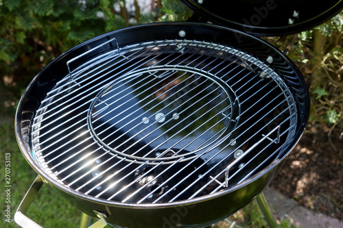 Fotografia Close-up of the new grill grate from round barbecue grill