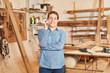 Handwerker Lehrling telefoniert mit dem Handy