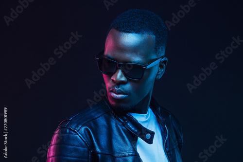 Fotografia  Close-up portrait of stylish black young man, wearing leather jacket and sunglas