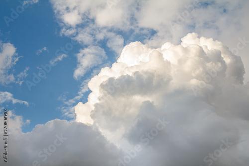 duze-szaro-biale-chmury-na-tle-blekitnego-nieba