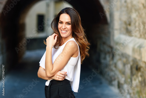 Fotografia Happy young woman smiling to camera outdoors.