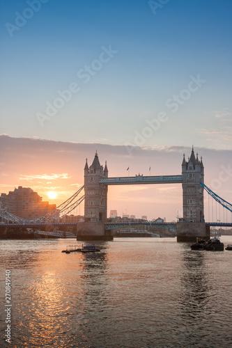 Photo  Tower Bridge in the sunrise time, London, England