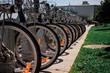 Bicicletas colocadas en paseo marítimo
