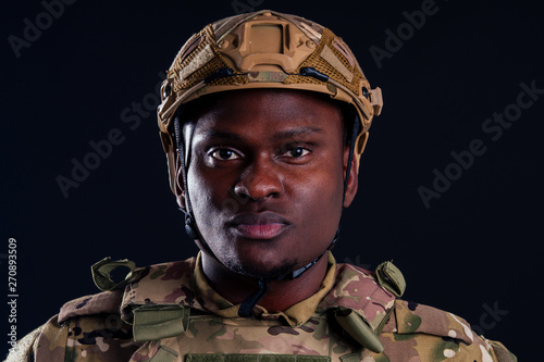 Photo  military army african male warrior camouflage suit sorrow sadness wrapped in an