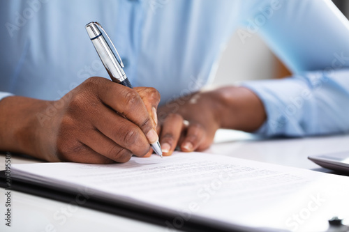 Fotomural  Businesswoman Filling Contract Form