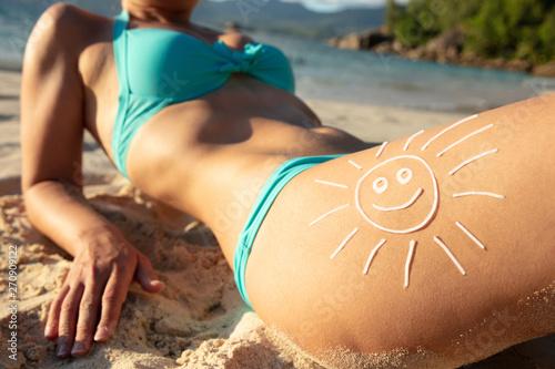obraz dibond Woman On The Beach With Sun Drawn On Her Thigh