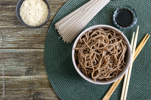 Fotografía  Cold soba (buckwheat noodles) with sauce and sesame