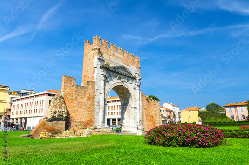 Photo Ruins of ancient brick wall and stone gate Arch of Augustus Arco di Augusto, gre