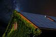 canvas print picture - Hausdach mit Solarplatten vor Nachthimmel