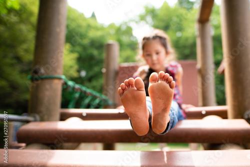 Photo 裸足で遊ぶ女の子