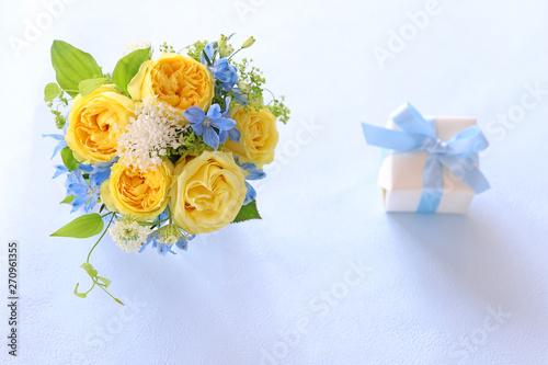 Foto バラの花束とプレゼント