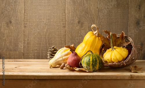 La pose en embrasure Fleur Autumn harvest background with pumpkin and squash on wooden table.
