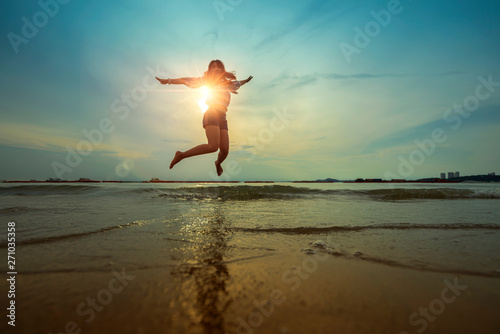 Montage in der Fensternische Olivgrun freedom asian beautiful woman happiness jump and dance with sunset beach background