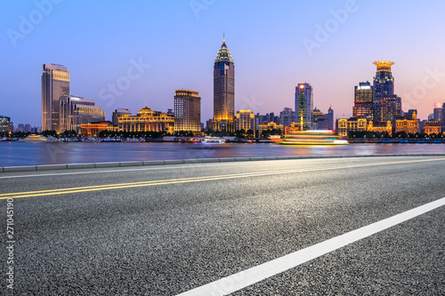 Photo  Shanghai city skyline and empty asphalt highway at sunset