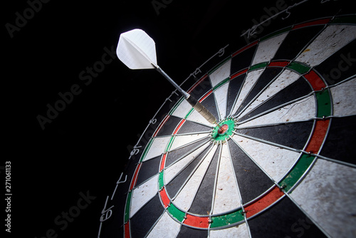 Fotografía darts board on a black background. 1 dart in the center