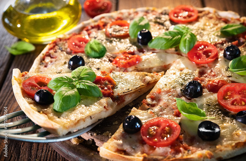 Photo sur Aluminium Akt Italian pizza with mozzarella