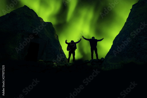 Foto auf Gartenposter Nordlicht green northern lights and successful human silhouettes in the sky