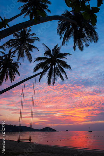Poster Palmier Dramatic clouds and sunset sky over the tropical island.