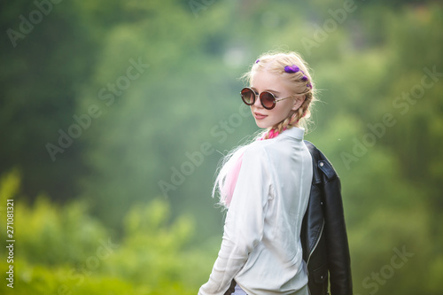 Photo  portrait of little beautiful stylish kid girl on green forest background