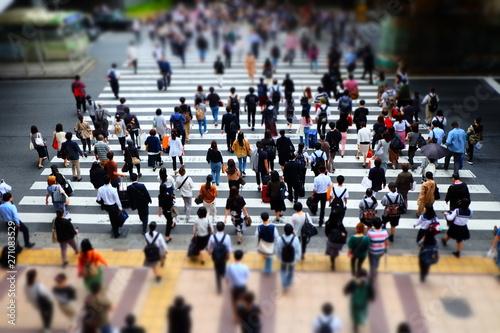 横断歩道を渡る人々 - 271083529