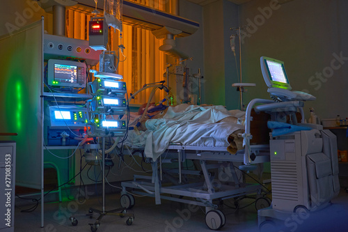 Fotografía  Glowing monitors in intensive care department