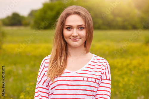 Beautiful blonde posing in field Canvas-taulu