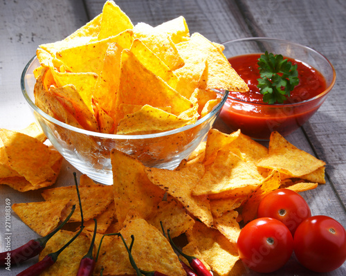 Photo sur Aluminium Montagne Composition with bowl of potato chips.