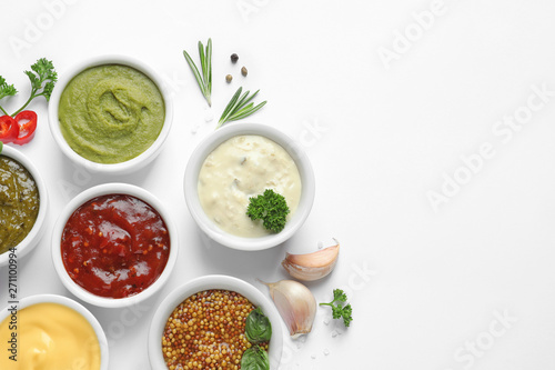 Pinturas sobre lienzo  Composition with different sauces and ingredients on white background, flat lay
