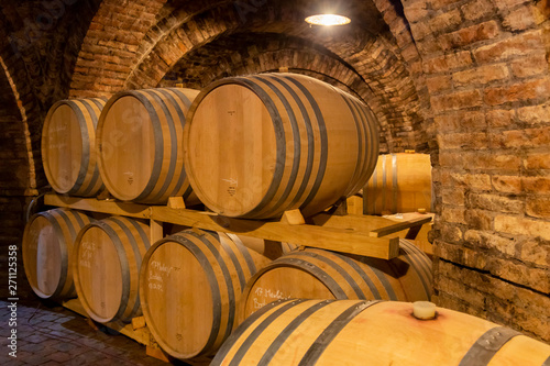 Fotografía wine barrels in the cellar, Szekszard, Hungary