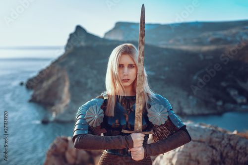 Foto  The cute female warrior attacking with sword