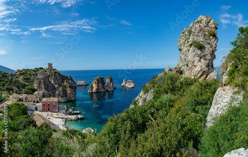 Photo Coastline with rocks and deep blue sea near Castellamare del Golfo by entrance t