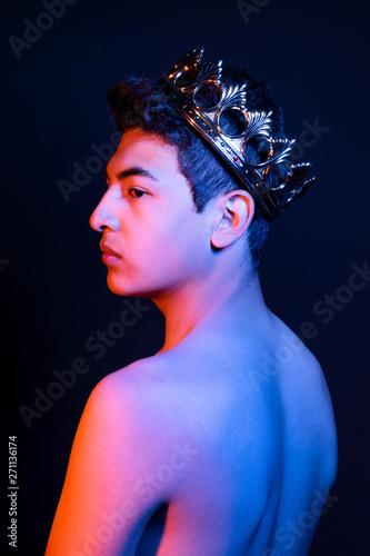 Photo  Chico joven con corona. Rey