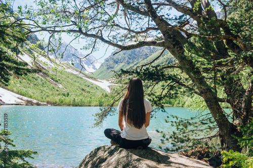 Poster Kaki Young woman is practicing yoga at mountain lake