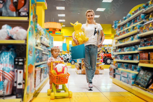 Obraz na płótnie Mother with girl buying a lot of toys in store