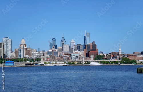 Fotografering PHILADELPHIA - 2019:  A waterfront park in Camden, New Jersey, offers a view of the Philadelphia skyline from across the Delaware River