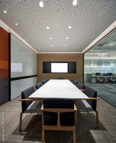 Montage in der Fensternische Barcelona Small meeting room construction space
