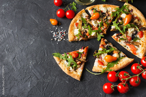 Photo sur Aluminium Montagne Vegetable italian pizza with tomatos on black background