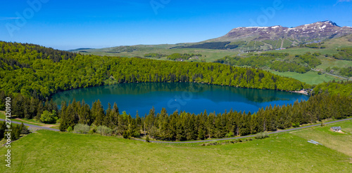 Photo lac pavin and forest- lake pavin auvergne in france