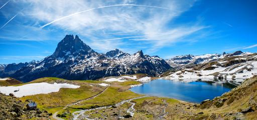 widok Pic du Midi Ossau na wiosnę, francuskie Pireneje