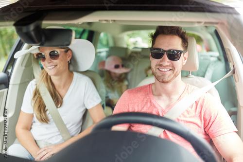 Familie mit Kindern beim Auto fahren Poster Mural XXL