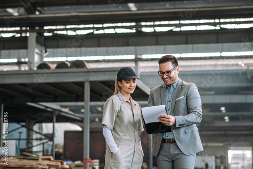 Photo sur Aluminium Kiev Positive manager and employee talking at manufacturing factory.
