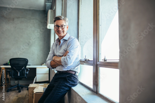 Foto Mid adult businessman at his office