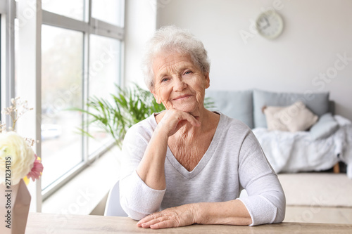 Fotomural Portrait of senior woman at home