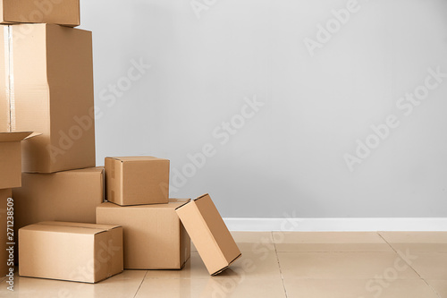 Fotomural  Cardboard boxes near light wall