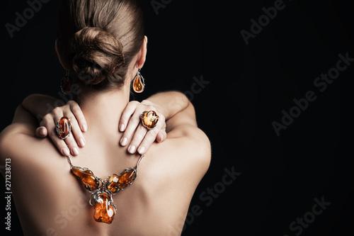 Cuadros en Lienzo precious amber neckless