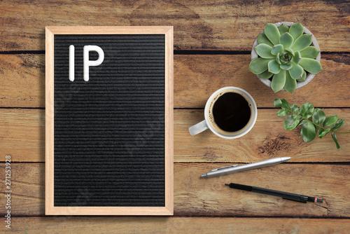 Photo Buchstabentafel mit Nachricht IP auf Holzuntergrund